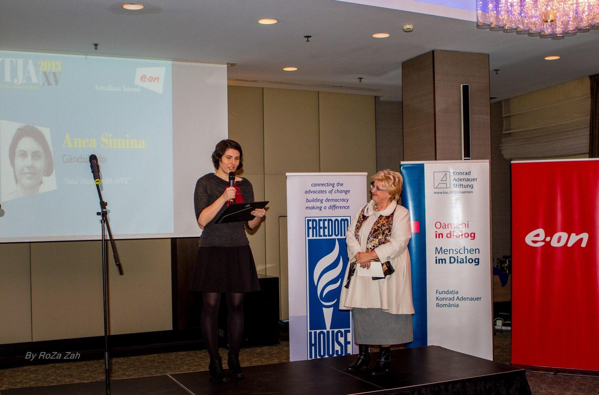 Anca Simina - Gândul.info - și Brîndușa Armanca, reprezentanta juriului la secțiunea Actualitate internă sponsorizată de E.ON România